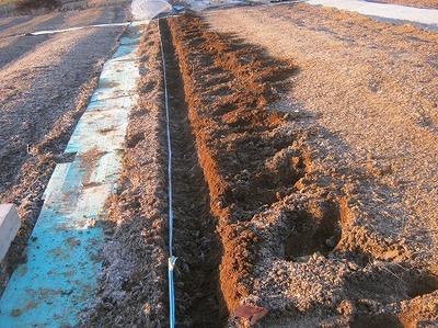 紐に沿って溝を掘る